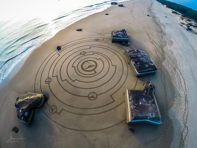 Beach art pyramides encerclées