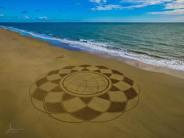 Beach art mandala rayonnant