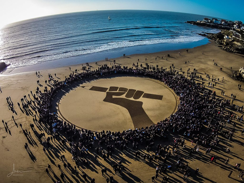 Beach art hommage Charlie Hebdo