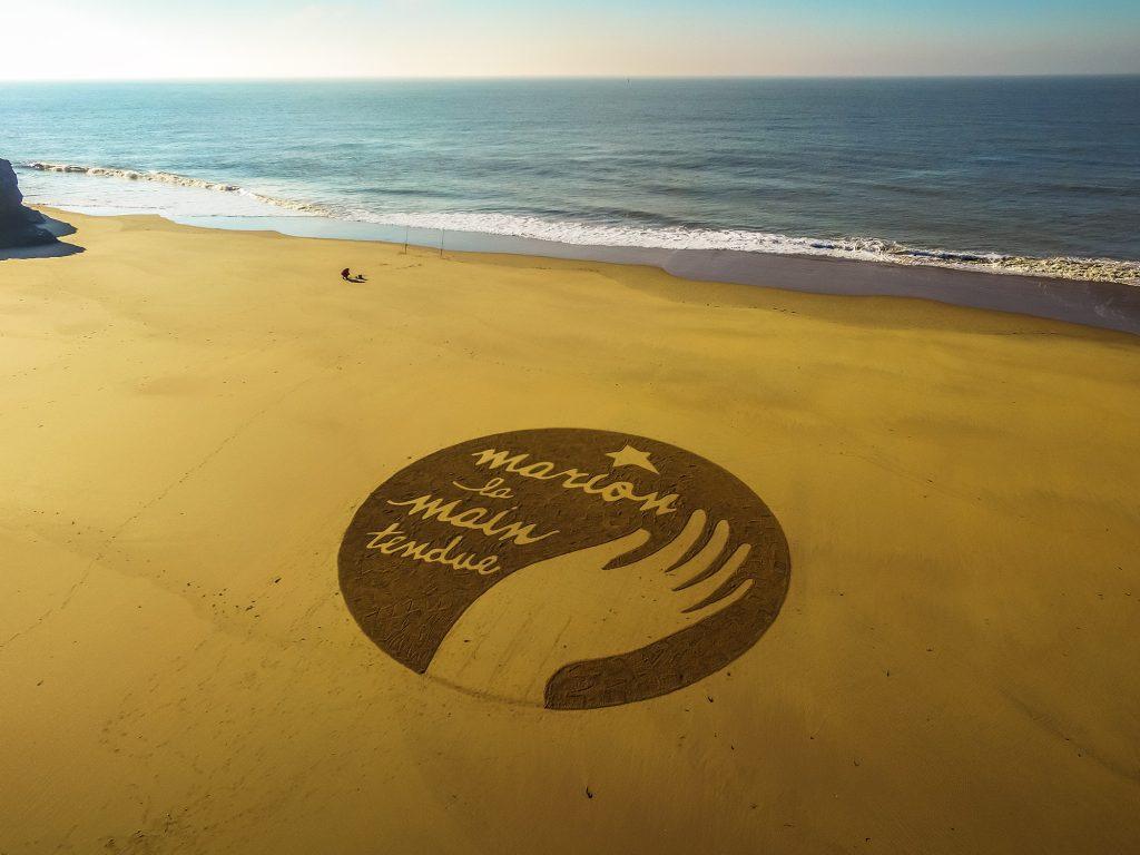 Beach Art Marion la main tendue
